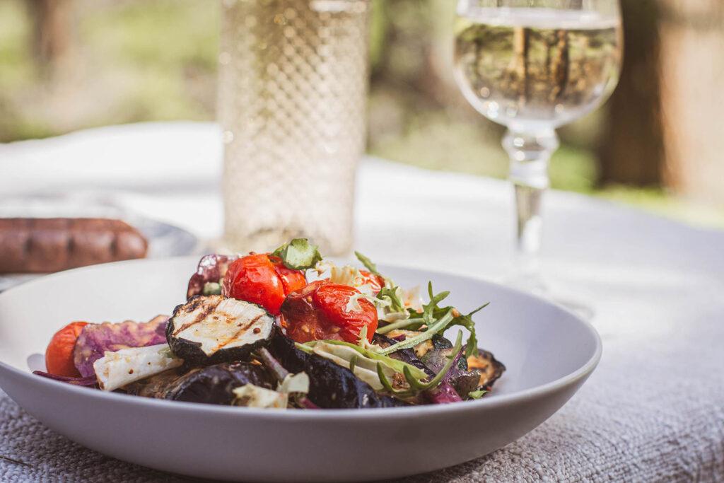 Przepis na wege sałatkę z grillowanych warzyw